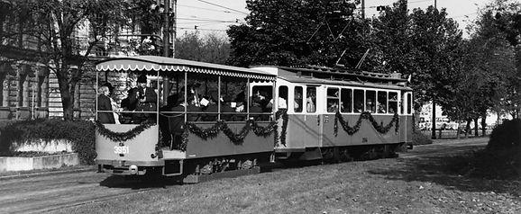 Wagen 3927 in letzten Bauzustand als Blasmusik-Beiwagen 3951 am Stachus 23.10.1976 münchen tram