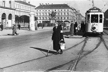 D 2.6-Tw 462 am Odeonsplatz mit Kurvenschmiererin 1942