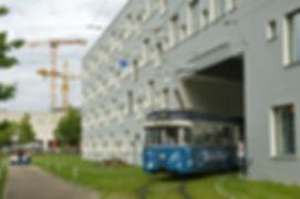 Ois is Blues-Wagen 2021 unterquert die Hausdurchfahrt in der Wendeschleife an der Hochschule tram trambahn münchen