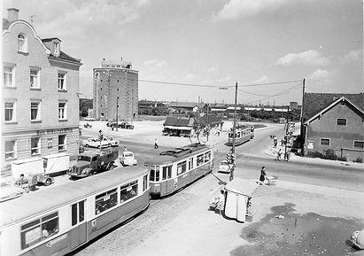 Zwei M-Züge kreuzen sich bei der Endhaltestelle Milbertshofen 16.7.1963 tram münchen