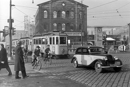 F2-Tw 651 + 2 f-Bw beim Bahnhofplatz einwärts Dezember 1950 tram München