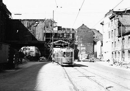 M3-Tw 793 + Bw fährt durch die Ruinen des Verkehrsministeriums März 1967 München tram
