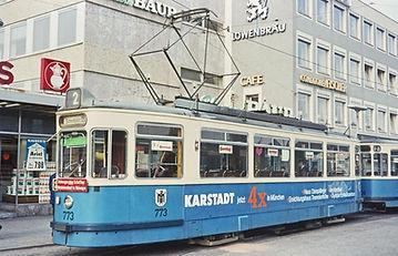 München tram trambahn Die Linie 18 ist das erste Einsatzgebiet der neuen Serie der Großraumzüge. Am 22.4.53 rollt der M2/m2-Zug 770/1608 an der Sendlinger Kirche vorbei durch die Plinganserstraße.