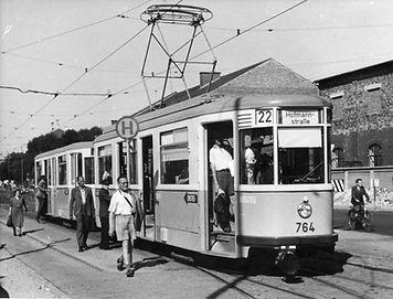 Ab 1950 setzt die Münchner Trambahn neuentwickelte dreiachsige Großraumzüge ein, Tw 764 am Leonrodplatz münchen tra