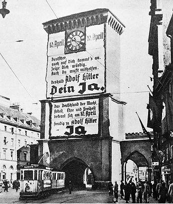 F-Zug durchfährt das Isartor einwärts 1938 münchen tram