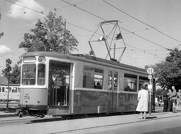 """Der M2-Triebwagen 774 am 16.7.53 am Willibaldplatz. Noch voll Bewunderung betrachten Passanten """"ihre"""" neue Trambahn. münchen tram"""