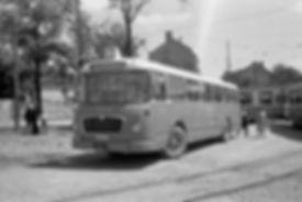 """Im Juli 1960 steht der Bus der Linie """"C"""" nach Waldperlach in der alten Schleife, allerdings winkt schon die Baustelle der neuen Schleife.  Ramersdorf München Tram Trambahn"""