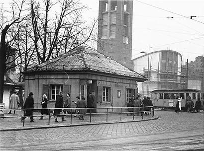 1954 Sendlingertorplatz Stationshaus.jpg