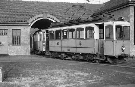 Aus der Mitteldurchfahrt des Depots kommt der A-Tw 271 am April 1958 Linie E28 trambahn Tram München Soxhletstrasse betriebshof Schwabing