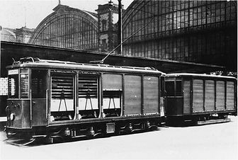 Post Tram Wagen 8 beim Beladen an der hauptpost, im Hintergrund der Hauptbahnhof münchen trambahn
