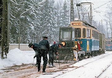 Schneepflug  Typ: sp 2.55 noc im schicken grünen Outfit in Grosshesselohe mit weiblicher Bewunderin München tram
