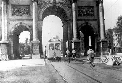A-Tw 102 bei der Fahrt durchs Siegestor einwärts münchen tram