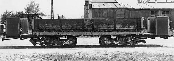 Der Transportwagen Q 1.1 wurde 1934 aus dem Niederbordbeiwagen q 3.1 Nr. 868 in einen Triebwagen zurückgebaut, jedoch schon 1940 wieder zu einem Niederbordbeiwagen q 8.1 Nr. 890 umgebaut. Insgesamt basierte das Fahrzeug auf dem Fahrwerk eines ausgemusterten A 1.1 Triebwagens.  tram münchen