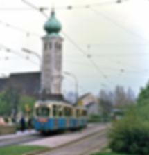 Mit der Linienreform im Mai 1972 zum MVV-Start wurde die Schleife Ramersdorf stillgelegt, ehe sie ein Jahr später mit Anschluss der Umleitungsstrecke der Tramlinie 24 über die Hechtseestraße wieder auflebte. Am 4. Mai 1972, wenige Wochen vor der ersten Stilllegung, wartet der J/i-Zug 744/1574 zur Abfahrt nach Moosach tram tramabahn München