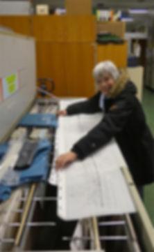Frau Harbauer legt alte Linienpläne ab tram münchen FMTM