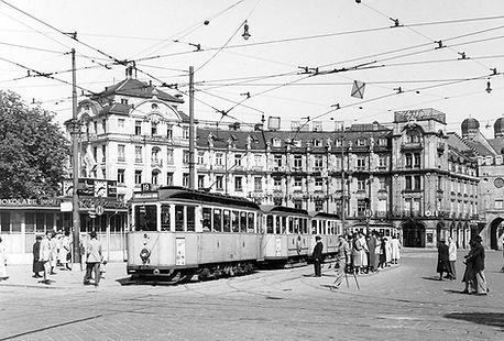 E2-Tw 579 + 2 e-Bw an der Haltestelle Stachus auswärts 1951 münchen tram