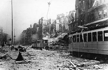 Zerstörte Fahrzeuge nach einem Luftangriff in der Bayerstraße, 1944. Archiv MVG münchen tram