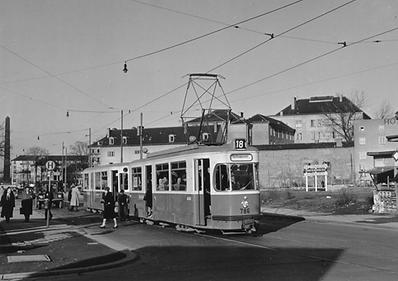 Der M3/m3-Zug 786/1621 der Linie 18 ist am 12.4.54 in der Barer Straße stadteinwärts unterwegs. Zur besseren Lesbarkeit werden jetzt schwarze Nummerntafeln mit weißen Ziffern verwendet münchen tram trambahn