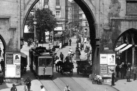 A1-Tw 301 fährt durch das Karlstor zum Marienplatz 1921 tram münchen
