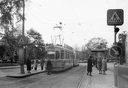 M4-Tw 2482 an der Haltestelle St.-Martins-Platz auswärts 1.11.1980 München Tram