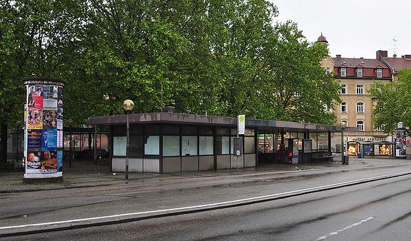 Am Harras  Blick aus Höhe Plinganser Straße 53 in Richtung Hausnr. 16  (03.06.2010) breit.