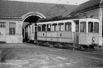Tw 271, Typ A 2.2, Baujahr 1901, steht im Torbogen des Depots im April 1958 FMTM Soxhletstrasse Depot 4
