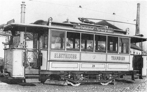 Deutlich sind an der Akku-Hybrid-Tram die kleinen Kamine zu sehen, die versuchen sollten, die Säuredämpfe ausserhalb des Fahrgastraumes abzuführen. Bild: Archiv FMTM eV. münchen tram