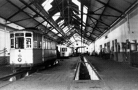 """Ein Blick in die Werkstatthalle mit Tw 104, Typ H 1.32 (""""Mailänder"""") am 19. Mai 1950 Trambahn Soxhletstrasse betriebshof München Tram Trambahn"""