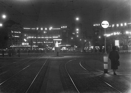 1959 Karlsplatz Stachus Kaufhof Nacht Schutzmann Verkehrsregelung Nacht Neon