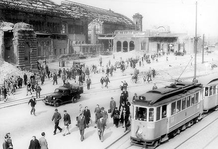 E-Tw 580 + e-Bw  in der Arnulfstraße vor der Ruine des Bahnhofs 13.6.1947 münchen tram