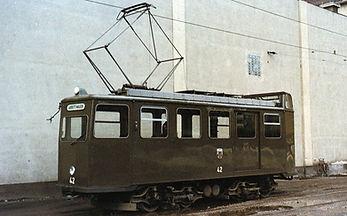 In der Wendeschleife am Nordbad pausiert der damals noch olivgrüne Fahrdraht-Kontrollwagen 42im Herbst 1968 münchen tram