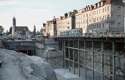 gewagte Verkehrsführung an der Münchner Freiheit 1969 für die Linie 6 während der Baustelle tram münchen