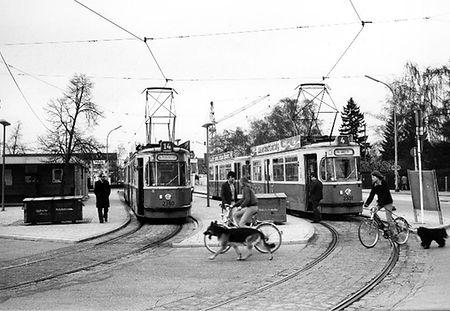 Tw 2360 an der Endhaltestelle St.-Veit-Straße mit Tw 2301 der Linie 4 April 1979 tram münchen