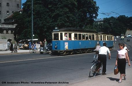 Sommer 1955: E-Wagen 616 ist den Gasteigberg hinab gefahren und überquert die Ludwigsbrücke. Der Zug ist unterwegs zum Willibaldplatz münchen tram