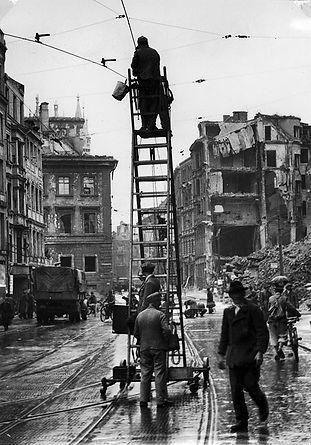 Zerstörung__Theatinerstraße_1945-1.jpg