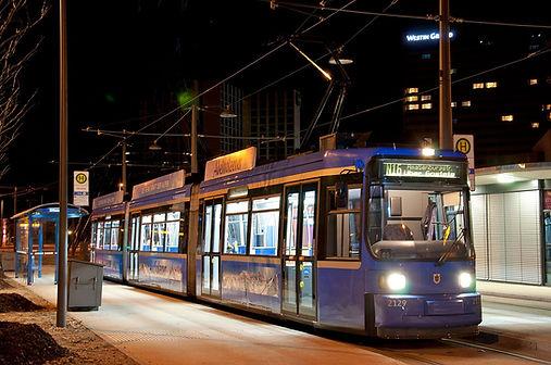 N 16 wartet auf die Nachtschwärmer am Effnerplatz Münche tram