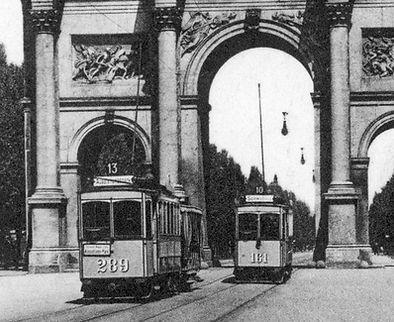 A2-Tw 289 kreuzt A2-Tw 161 der Linie 10 am Siegestor 1908 münchen tram