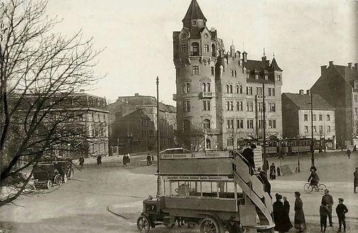Rotkreuzplatz mit Tram Bus.jpg