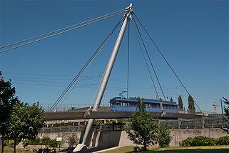 Die neue Linie 23 auf der Tragseilbrücke über den Mittleren Ring. münchen tram