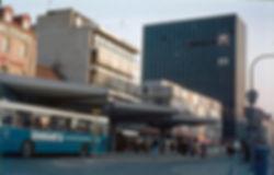 Busbahnhof Münchner Freiheit 1973 mit altem Hertie-Hochhaus münchen tram