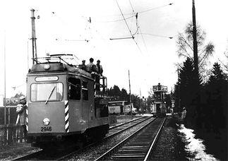 Die Aufnahme zeigt den Turmtriebwagen 2946 im Jahre 1982 im Einsatz in Grünwald. Mithilfe des Dieselmotors konnte er auch in stromlosen Abschnitten eingesetzt werden. tram münchen