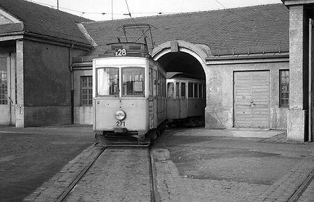 Aus der Mitteldurchfahrt des Depots kommt der A-Tw 271 am April 1958 Linie E28 trambahn tram München