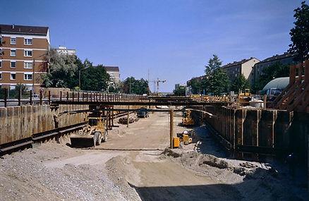 Die U-Bahn hat das Hasenbergl erreicht: der U-Bahnhof Hasenbergl 1992in Bau.