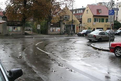 Reste der vom Teer versteckten Schienen am Nikolaiplatz tram München