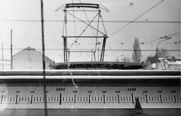 Blick aus der Kanzel mit den Messvorrichtungen zur Kontrolle der Höhe und der Zickzackführung des Fahrdrahtes 1962 tram münchen