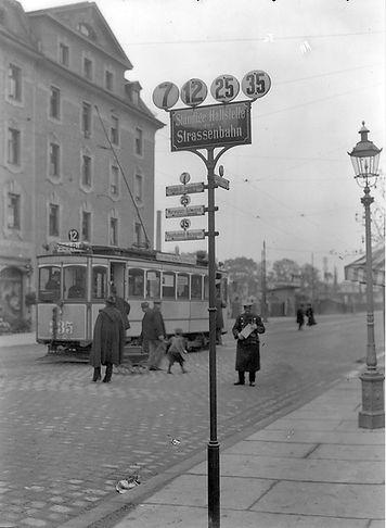 Auf der Südring-Linie 12 fährt der Triebwagen 335 der Baureihe A am Ostfriedhof an einem Haltestellenständer vorbei, 1911. Archiv FMTM e.V. münchen Tram