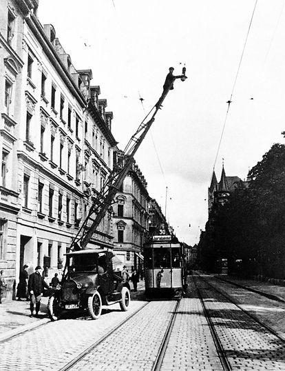 B-Tw 389 in der Auenstraße mit Turm-LKW 1920 tram münchen