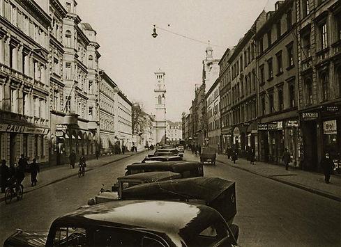 Seltener Blick durch die Schwanthalerstraße Richtung Sonnenstraße mit der alten Matthäuskirche im Hintergrund.