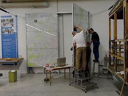Eine neue Trambahnlinie wird in den grossen Linienplan im Museum gebohrt & verdrahtet tram münchen