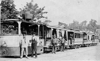 Erinnerung an die Münchner Dampftrambahn, Krauß-Dampflok 2 mit vier Anhängern im Sommer 1899 am Volksgarten Nymphenburg. Archiv FMTM e.V. münchen tram trambahn